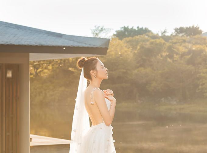 Đàm Thu Trang tung bức ảnh cưới mới trước thềm đám cưới đang đến dần. Người đẹp xứ Lạng khoe lưng trần gợi cảm trong bộ váy cưới trắng trong bộ ảnh chụp ngoại cảnh, khác hẳn trang phục kín cổng cao tường chụp tại studio.