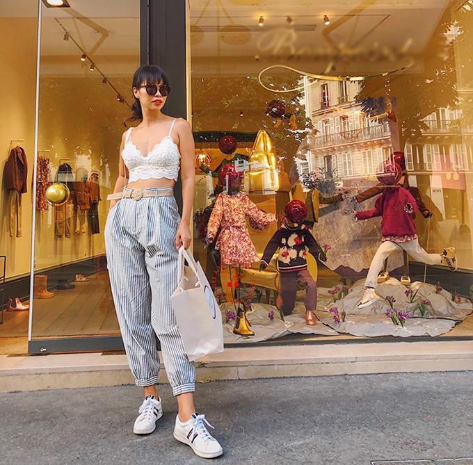 Siêu mẫu Hà Anh tự tin khoe eo thon khi đi shopping tại Pháp.