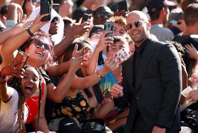 Jason Statham nhiệt tình chụp ảnh, giao lưu với người hâm mộ.