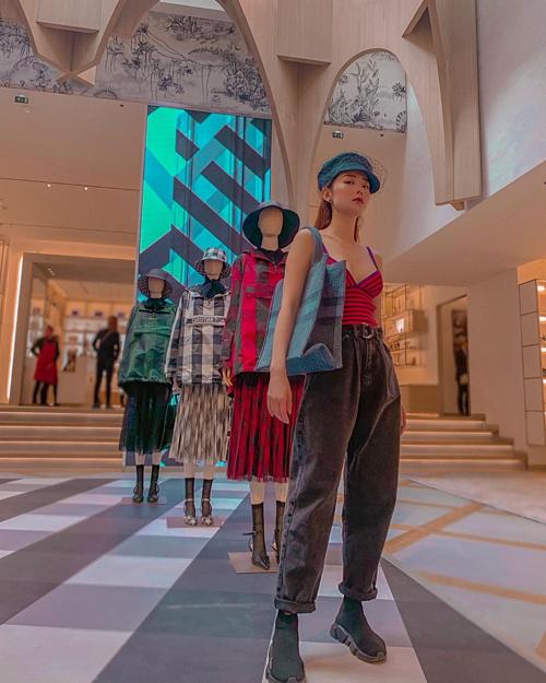 Minh Hằng bị hấp dẫn và không thể rời đi khi đi shopping tại các cửa hàng thời trang ở Pháp. Nữ ca sĩ tiết lộ đang làm người mẫu bất đắc dĩ khi pose hình cạnh dàn ma nơ canh.