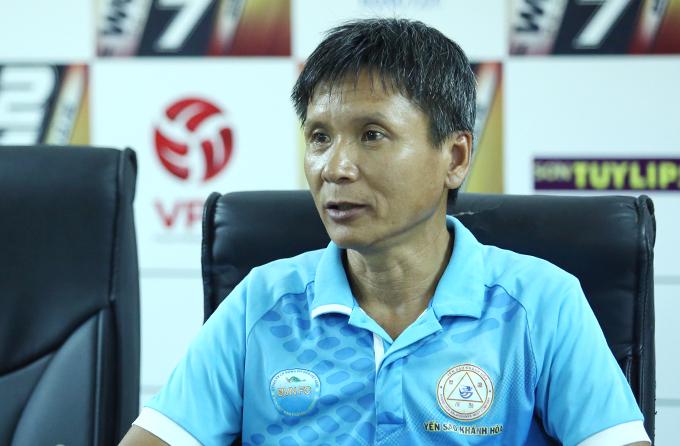 HLV Võ Đình Tân trong cuộc họp báo sau trận đấu với Hà Nội. Ảnh: Đương Phạm.