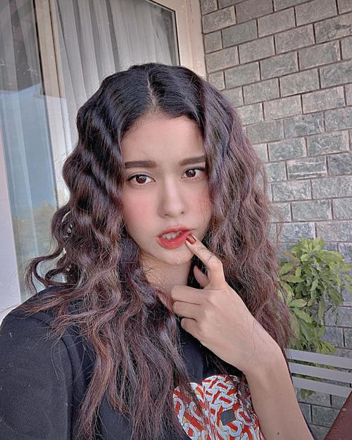 Khoe kiểu tóc xoăn mới, ca sĩ Trương Quỳnh Anh hỏi fan: Người ta nhảy vũ điệu đau tay, còn em chụp hình style đau răng, đau môi đượchem?.