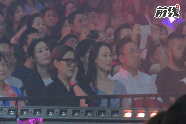 Nhiều nghệ sĩ đến ủng hộ Tú Văn trong đêm nhạc.