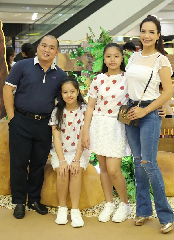 Hai con gái của MC Thúy Hạnh đã lớn bổng, ngày càng giống bố.
