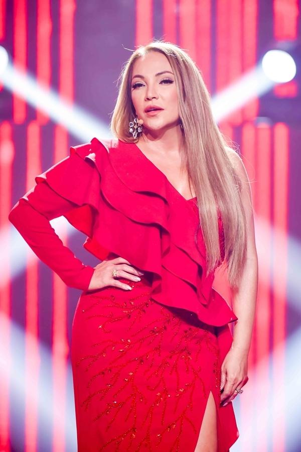 Thanh Hà diện đầm đỏ hở vai trong đêm bán kết chương trình Giọng hát Việt 2019, tối 14/7.