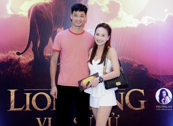 Vợ chồng Bảo Thanh quấn quýt ở rạp phim. Nữ diễn viên có gu thời trang gợi cảm trong khi ông xã cô ăn mặcgiản dị.