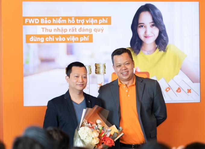Ông Huỳnh Hữu Khang - Tổng giám đốc FWD Việt Nam tặng hoa cho ông Trần Ngọc Thái Sơn - Tổng giám đốc Tiki chúc mừng sự hợp tác giữa hai bên.