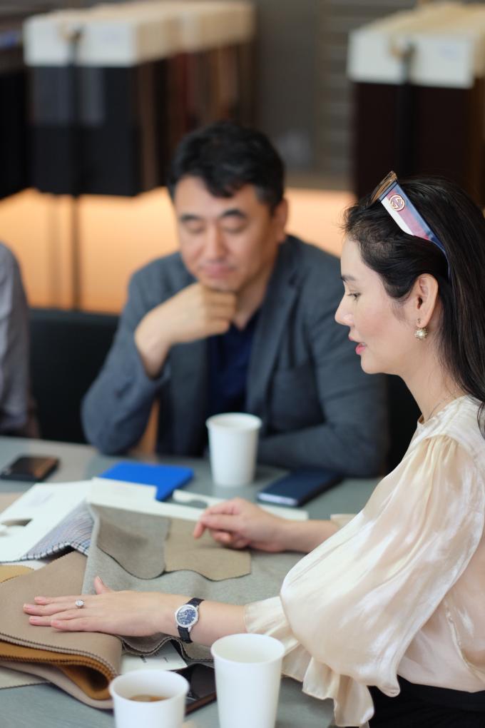 Doanh nhân 8X cho biết, ngay từ những ngày đầu thành lập Sohee, cô đã định hướng cho thương hiệu đi theo hình ảnh thanh lịch, tối giản của phụ nữ trẻ Hàn Quốc và đặc biệt chú trọng đến chất lượng của từng sản phẩm. Do vậy, mỗi năm cô đều sang xứ sở kim chi để khảo sát thị trường, nắm bắt những xu hướng thời trang hot nhất của Hàn Quốc hay tìm kiếm những mẫu vải mới để không ngừng cải thiện chất lượng may mặc cho Sohee.