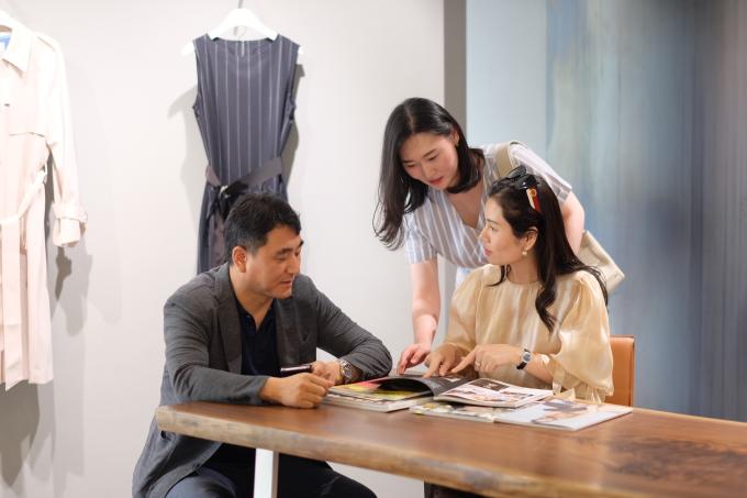Hiện tại Sohee đã có gần 20 showroom chính hãng, phủ rộng khắp các tỉnh, thành ở miền Bắc và miền Trung. Ngoài dòng sản phẩm công sở dành cho chị em giới văn phòng, thương hiệu còn có dòng đầm cocktail dự tiệc cao cấp 'Sohee by HaBui' do chính CEO của hãng làm thiết kế.