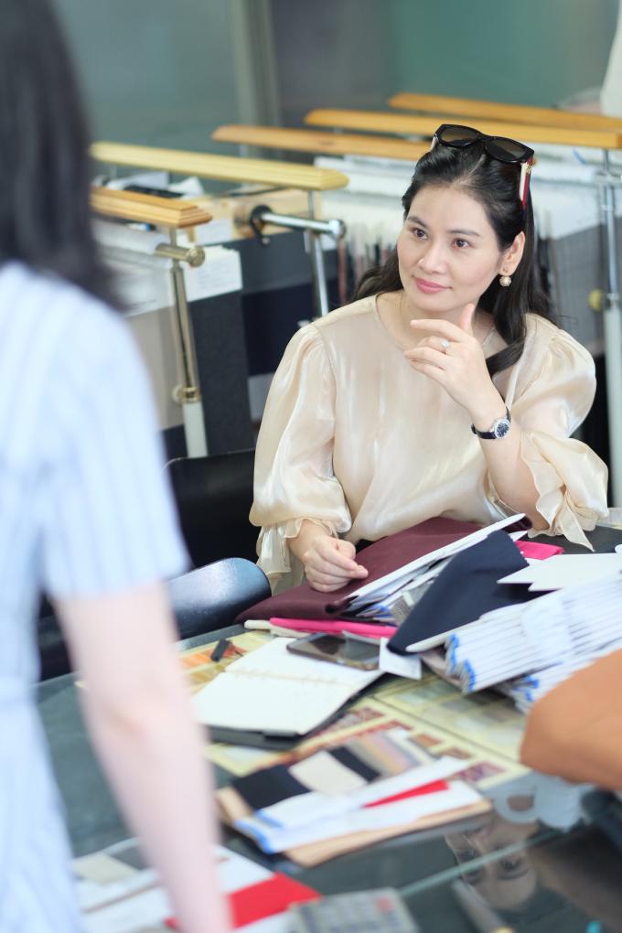 Không chỉ là điều hành công ty, CEO Hà Bùi còn trực tiếp tham gia vào quá trình thiết kế các bộ sưu tập của Sohee. Vì thế cô rất kỹ tính trong việc chọn lựa các nhà cung cấp vải cũng như các nguyên liệu khác.