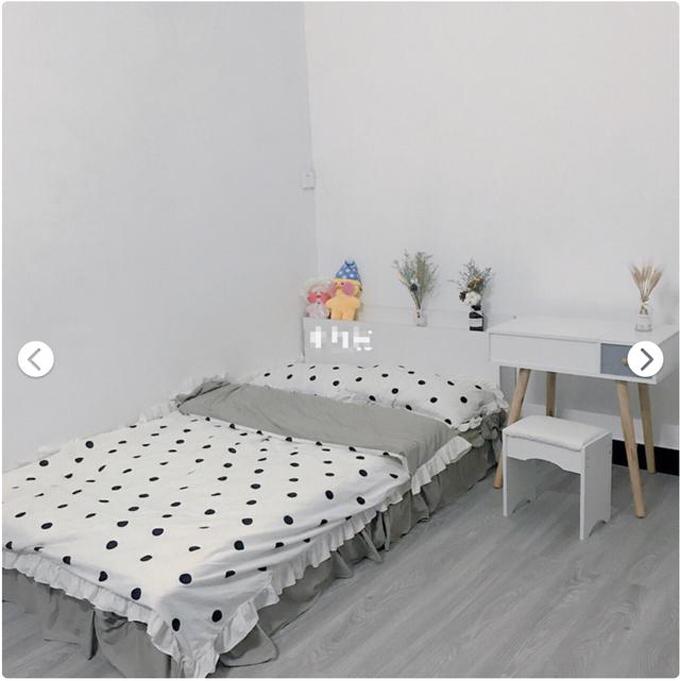 Đầu tiên, cô nhờ bố sơn lại căn phòng thành màu trắng. Tiếp theo, cô gái nhờ bố dán sàn nhà với màu xám nhạt, giúp không gian trở nên rộng rãi hơn. Cô tiếp tục mua giường. Vì căn phòng có diện tích nhỏ nên cô ưu tiên giường nhỏ thấp, có chiều ngang 1,2m. Côđã tìm rất nhiều ga trải giường vàtránh loại ga nhiều màu sắc, khiến cho tổng thể căn phòng trở nên mất cân đối.