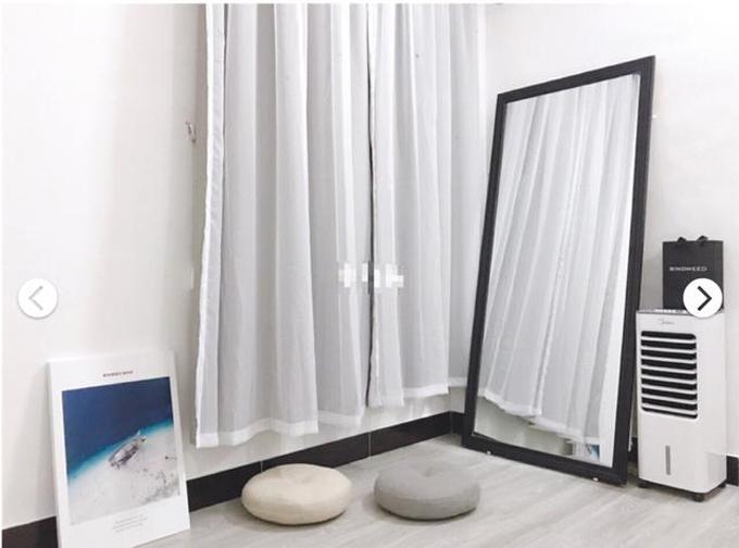 Cô gái mua gương dài giúp căn phòng trở nên rộng hơn.