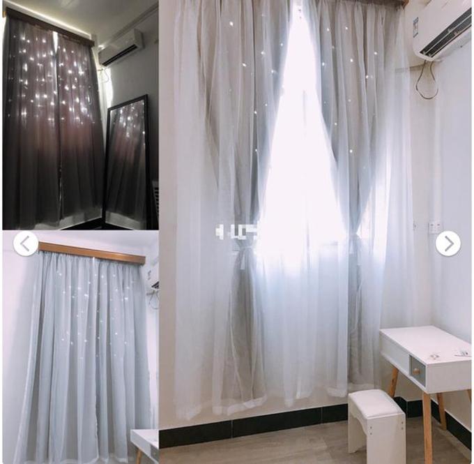 Rèm cửa có màu trắng xám, trở nên lung linh về đêm với loạt đèn nhấp nháy.