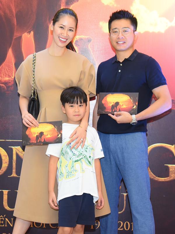 Hoa hậu Dương Thùy Linh và chồng đưa con trai đi xem bộ phim hoạt hình được nhiều trẻ em yêu thích.