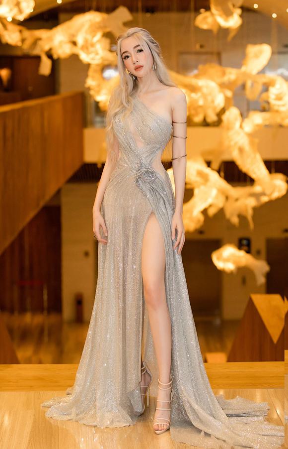 Elly Trần tỏa sáng trong chiếc váy ánh bạc cắt xẻ sexy khi hóa thân thành nhân vật Mẹ Rồng Daenerys Targaryen của series phim đình đám Game of Thrones.