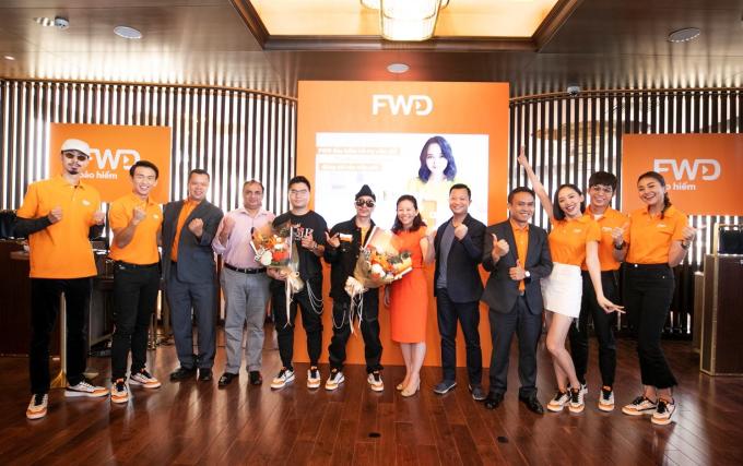 Bà Vương Mỹ Phụng - Phó tổng giám đốc Bộ phận Chiến lược Tiếp thị và Thương hiệu FWD Việt Nam tặng hoa cảm ơn ông Cường Nguyễn - Giám đốc Marketing của Bitis và nghệ sĩ Việt Max.