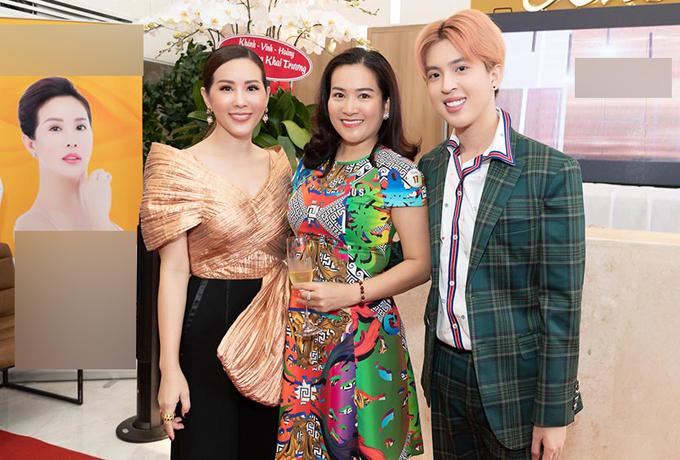 Doanh nhân Anh Thơ - bà xã diễn viên Bình Minh - là bạn thân lâu năm của Thu Hoài, đến ủng hộ phát triển việc kinh doanh. Anh Thơ chụp ảnh cùng Thu Hoài và Tin Nguyễn - con trai đầu của Hoa hậu Phu nhân 2012.