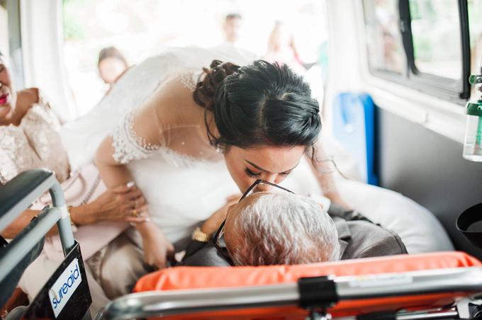 Cô dâu thơm má cha mình trước khi ông tiến vào lễ đường.