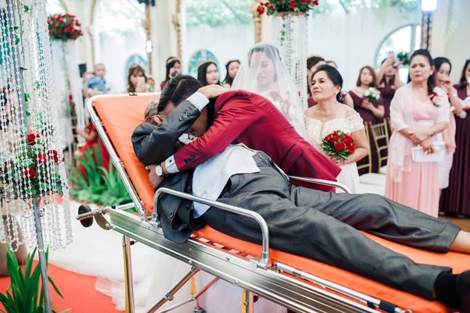 Chú rể Maku không tránh khỏi xúc động và ôm chặt cha cô dâu.