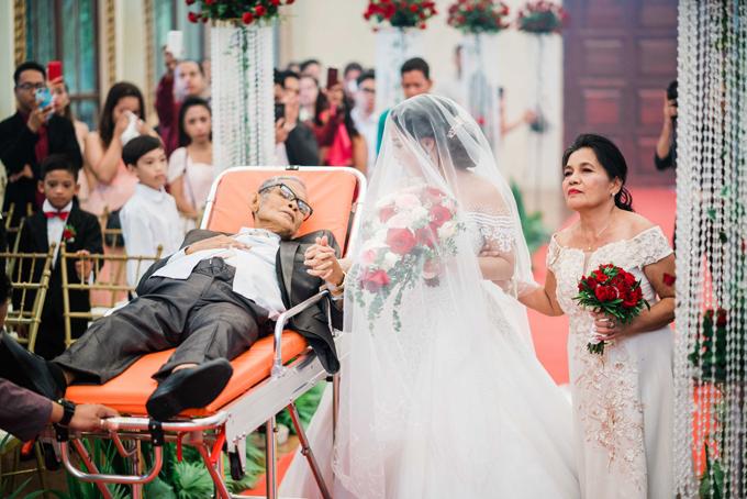 Cô dâu chú rể gấp rút chuẩn bị cưới trong 1 tháng vì sức khỏe của cha cô dâu ngày càng yếu.