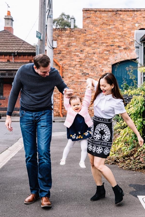 Lina thích thú đi chơi cùng bố mẹ. Trước đó, cô bé  từng cùng bố mẹ du lịch dài ngày ở Anh, Scotland