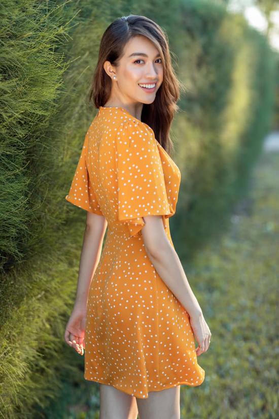 Lệ Hằng trẻ trung cùng váy ngắn họa tiết chấm bi, đây cũng là món đồ được nhiều fashionista yêu thích ở mùa hè 2019.