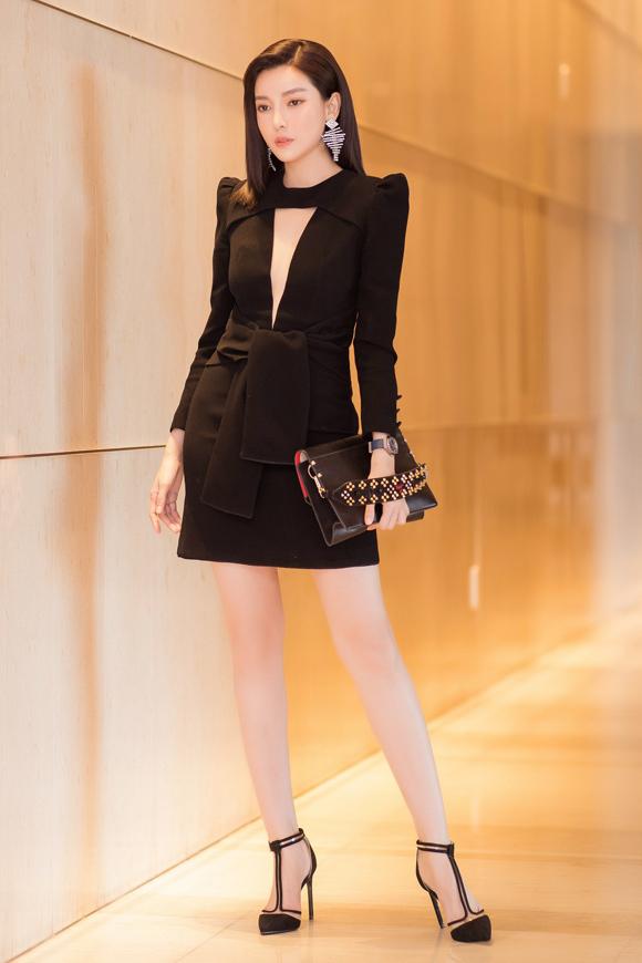 Cũng tham dự sự kiện này, diễn viên Cao Thái Hà mặc váy đen thanh lịch phối kèm phụ kiện ăn ý.