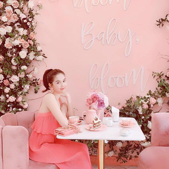 Phát hiện ra quán cafe trang trí toàn sắc hồng, Ngọc Trinh thường xuyên mix đồ ton-sur-ton đến đây để thư giãn và chụp ảnh check-in.