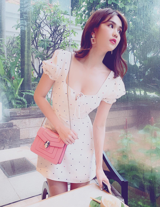 Phụ kiện mang đậm màu sắc nữ tính thường được Ngọc Trinh phối cùng các mẫu váy trắng thanh nhã.