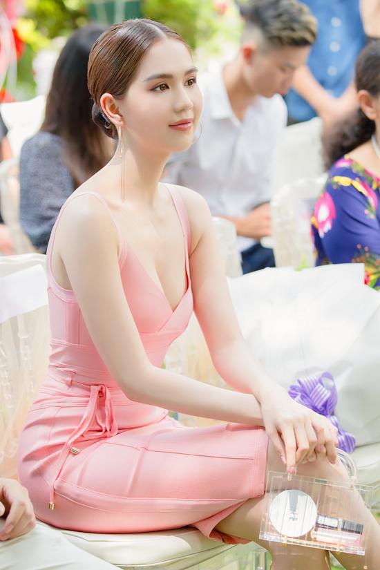 Ngọc Trinh không ngừng biến đổi phong cách và gây ấn tượng bằng lối tạo hình mới mẻ. Cô liên tục cập nhật các xu hướng mới để thể hiện sành điệu. Ngoài ghiện hàng hiệu, nữ hoàng nội y còn mê mẩn trang phục và phụ kiện màu hồng.