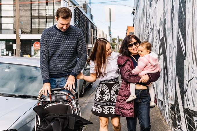 Mẹ của Lan Phương cũng theo cùng con gái trong chuyến đi, phụ giúp trông cháu ngoại.