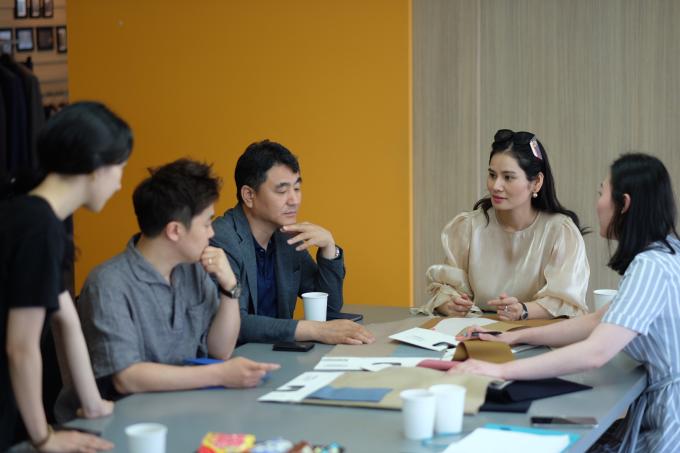 Dù đang là vụ hè nhưng thương hiệu thời trang cao cấp Sohee đã bắt tay vào chiến dịch chuẩn bị cho bộ sưu tập dành cho mùa thu 2019. Trong những ngày đầu tháng 7, doanh nhân Hà Bùi đã có chuyến công tác dài ngày tại Hàn Quốc để gặp gỡ các đối tác cung cấp vải.