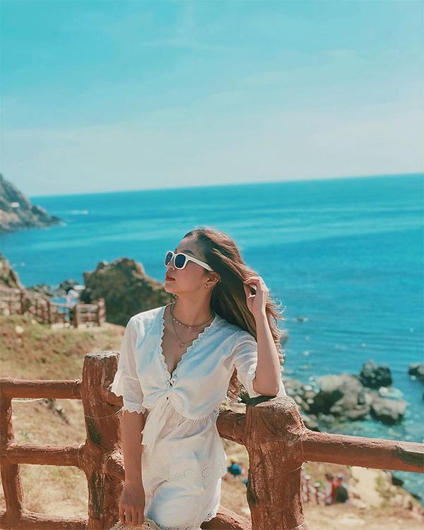 Là bạn gái của một trong những cầu thủ tài năng nhất Việt Nam hiện nay, Nhật Lê được rất nhiều người quan tâm. Trang Instagram của cô thu hút hơn 160.000 người theo dõi.