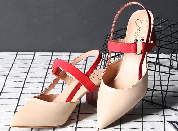 Mẫu giày cao gót kitten heel Erosska EH001 đế vuông cao 5cm phối dây đỏ được thiết kế mũi nhọn trẻ trung, có thể phối cùng trang phục váy hoặc quần, hợp đi làm hoặc dự tiệc. Thiết kế có hai màu nude và vàng bò, giá ưu đãi 125.000 đồng (giá chưa giảm 225.000 đồng) trên Shop VnExpress.