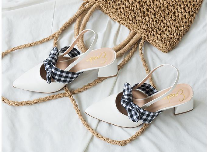 Với thông điệp đặc quyền của phái đẹp là được yêu thương và là chính mình, hãng giày Erosska đã cho ra mắt sản phẩm giày EH028 cao 5cm cho chị em dễ dàng di chuyển, hai màu trắng và kem dễ phối quần áo. Giá giảm còn 210.000 đồng thay vì 300.000 đồng giá gốc.