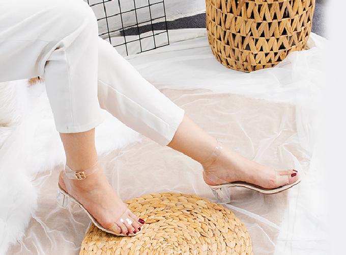 Nhiều năm trở lại đây, chất liệu quai trong suốt được nhiều nhà thiết kế ứng dụng rộng rãi trên các sản phẩm thời trang như túi xách, giày dép dành cho phái đẹp, đem đến sự khác lạ cho người mang. Mẫu giày cao gót block heel quai trong Erosska đế vuông cao 5cm giúp tôn làn da và đôi chân của bạn gái. Giá ưu đãi 129.000 đồng (giá gốc 198.000 đồng).