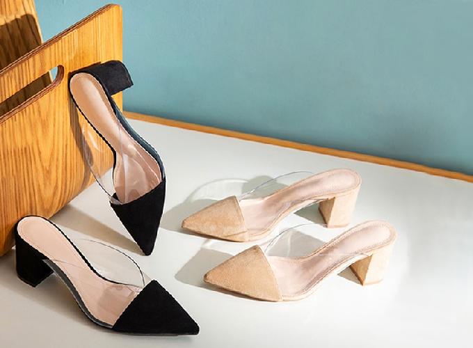 Giày mules phối mica trong suốt với phần đế vuông chắc chắn, cao 5cm thiết kế sang trọng, cuốn hút phù hợp với thời trang công sở hoặc dạo phố. Giá gốc 300.000 đồng giảm còn 219.000 đồng.