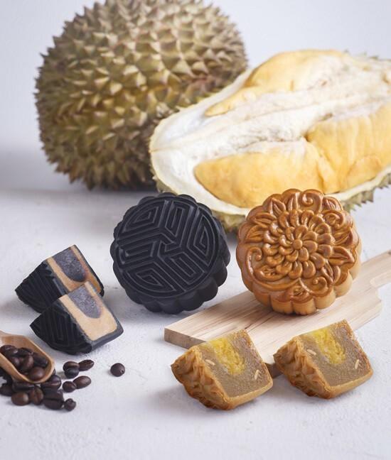 Bánh trung thu cà phê mocha vị trà sữa và bánh sầu riêng Musang King vỏ nướng.