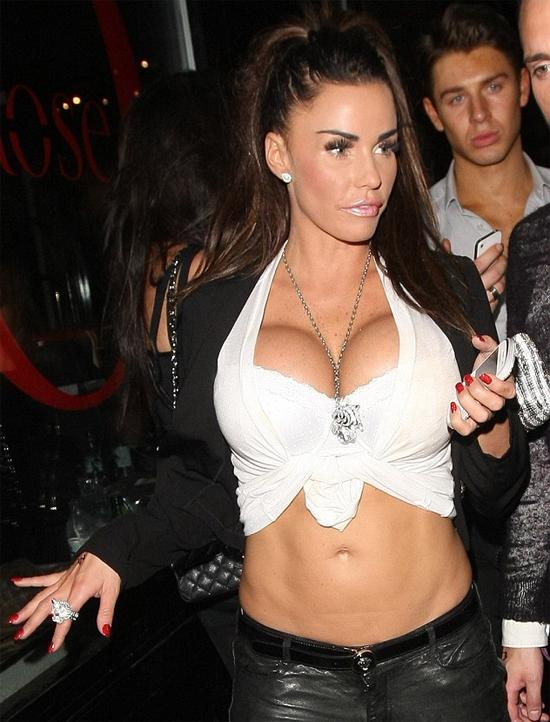 Siêu mẫu ngực bự Katie Price từng hẹn hòcựu danh thủ Dwight Yorke của MU. Ảnh: Rex.