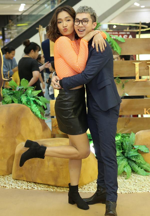 Ca sĩ Ái Phương tinh nghịch ôm cổ, chu môi chụp ảnh cùng bạn thân Minh Xù.