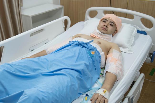 Quyết định phẫu thuật thẩm mỹ của Akira Phan được gia đình ủng hộ và luôn có mẹ ở bên chăm sóc.