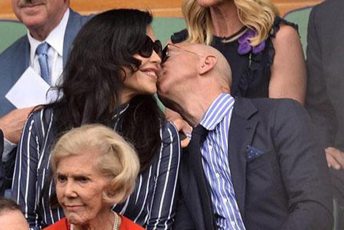 Tỷ phú Jeff Bezos công khai hôn người tình. Ảnh: AFP.
