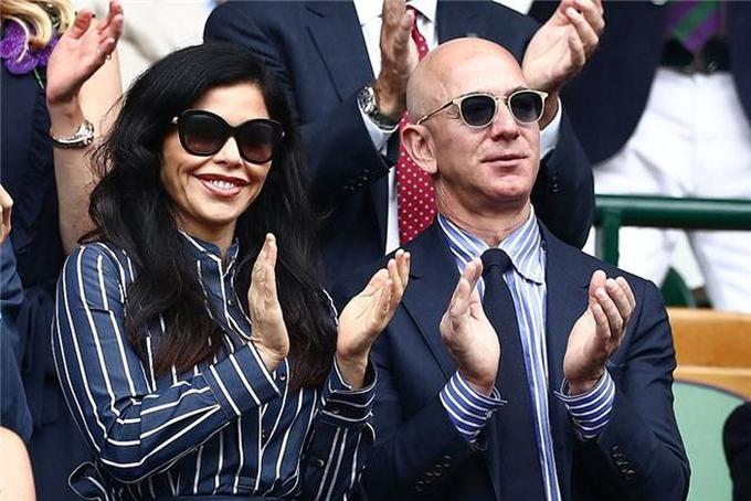 Tỷ phú Jeff Bezos và bạn gáiLauren Sanchez mặc đồ đôi. Ảnh: Retuers.