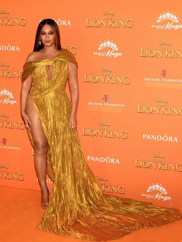 Bộ váy cắt xẻ táo bạo khoe ngực và hông, mang phong cách phóng khoáng, sexy rất hợp với chủ đề về rừng xanh cũng như phông nền của sự kiện. Beyonce cũng là nữ nghệ sĩ ưa thích những thiết kế có màu vàng hoặc ánh kim.
