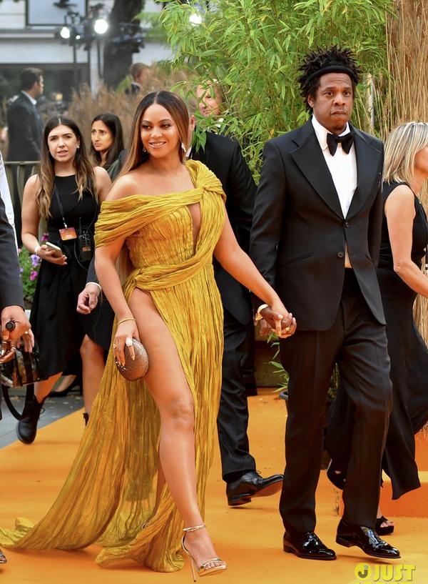 Theo JJ, Beyonce lựa chọn bộ đầm gợi cảm của nhà thiết kế Công Trí, xuất hiện nổi bật trên thảm đỏ.