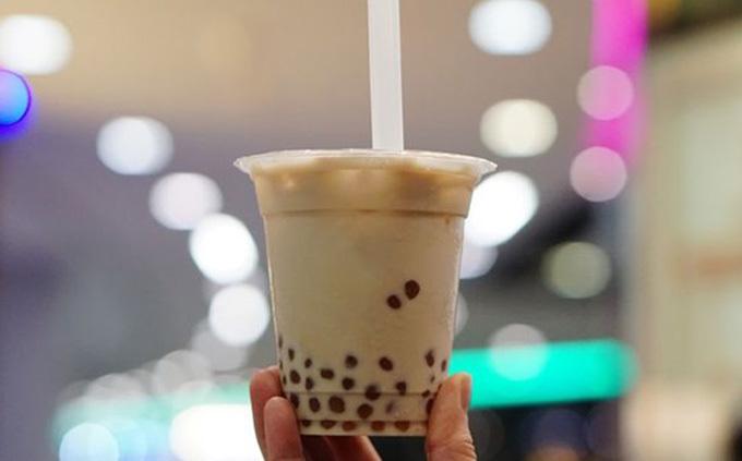 Các bác sĩ khuyến cáo không nên dùng lực hút mạnh khi uống trà sữa trân châu để tránh nguy cơ bị hóc hạt trân châu. Ảnh: Seehua.
