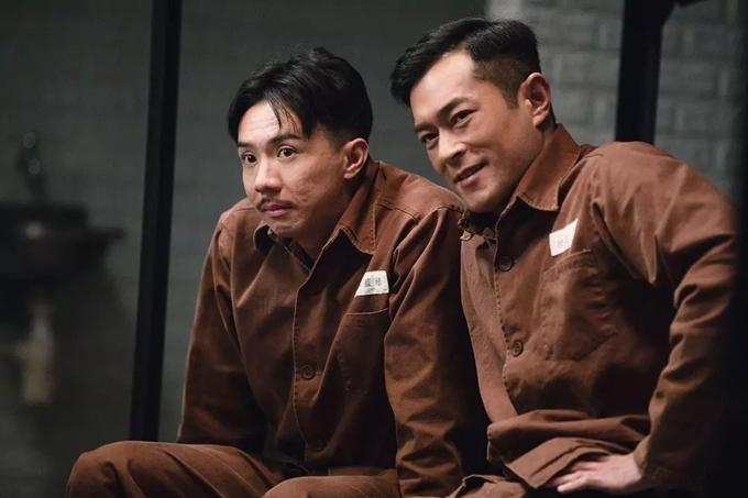 Cổ Thiên Lạc (phải) cùng người bạn tù Trương Kế Thông trong một cảnh quay.