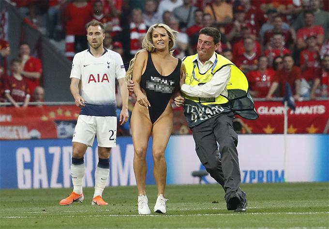 Bạn gái Vitaly Zdorovetskiy - người mẫu Kinsey Wolanski đột nhập sân trong trận chung kết Champions League giữa Liverpool và Tottenham. Ảnh: Reuters.