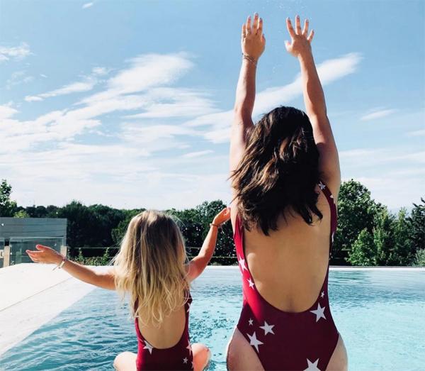 Bức ảnh được chụp trong dịp cả nhà đi nghỉ mát. Người đẹp và con gái còn ghi lại khoảnh khắc mặc đồ bơi giống nhau, nghịch ngợm ở bể bơi.
