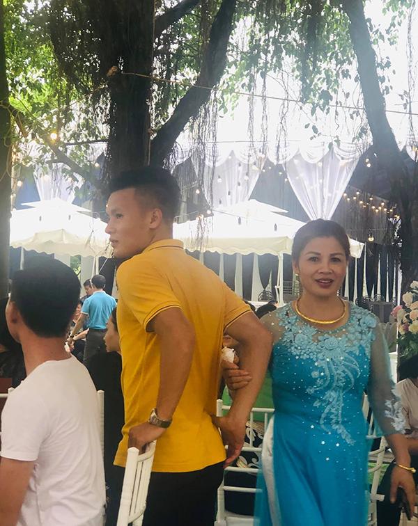 Quang Hải và mẹ trong đám cưới của anh trai. Ảnh: NĐV.